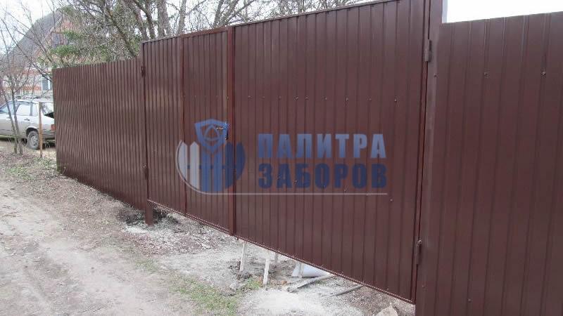 Забор из профнастила с распашными воротами и калиткой 100 метров