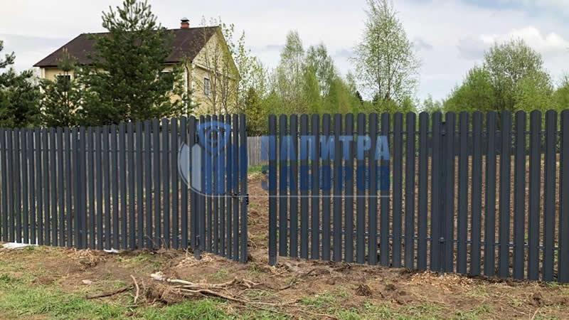 Забор из металлического штакетника с утрамбовкой щебнем 100 метров