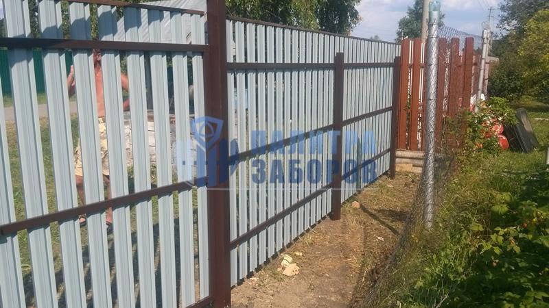 Забор из металлического штакетника с распашыми воротами и калиткой 10 соток