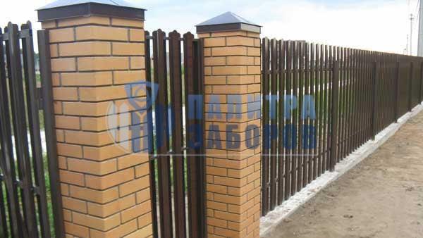 Забор из металлического штакетника на ленточном фундаменте с кирпичными столбами 10 соток