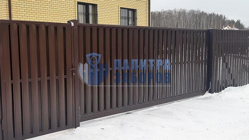 Забор из металлического штакетника с откатными воротами и калиткой 10 соток