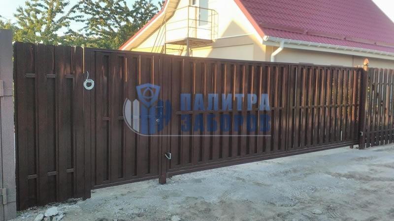 Забор из металлического штакетника с автоматическими откатными воротами и калиткой 10 соток