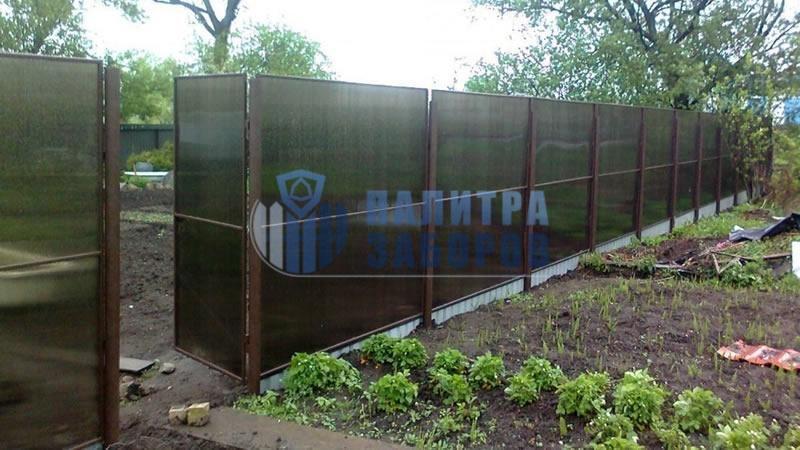 Забор из поликарбоната в секциях 10 соток