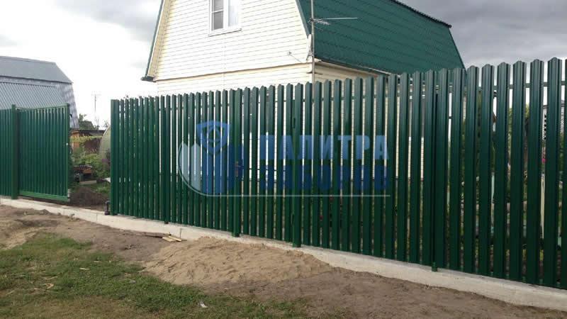 Забор из металлического штакетника  на ленточном фундаменте 10 соток