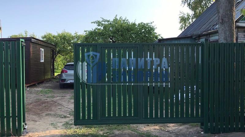 Забор из металлического штакетника с откатными воротами и калиткой 12 соток