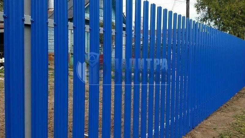 Забор из металлического штакетника с утрамбовкой щебнем 12 соток