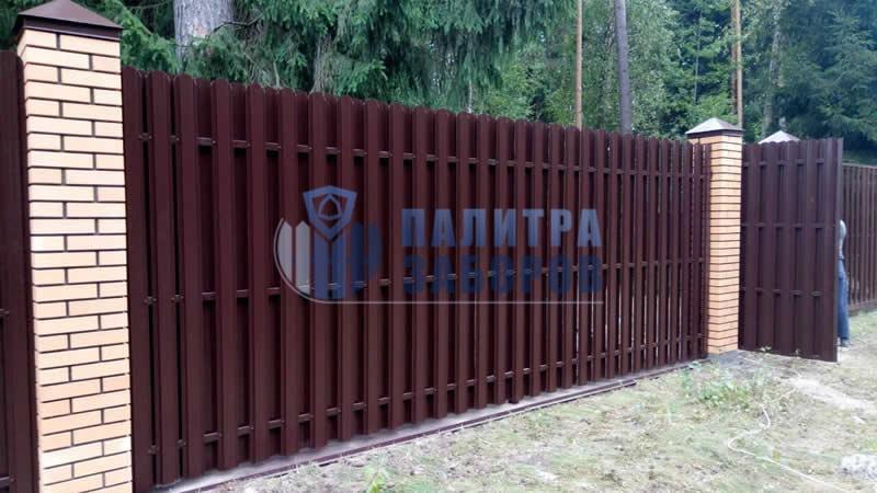 Забор из металлического штакетника на ленточном фундаменте с кирпичными столбами 12 соток
