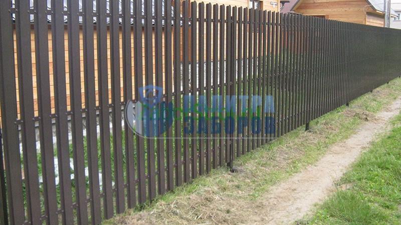 Забор из металлического штакетника с бетонированием столбов 12 соток