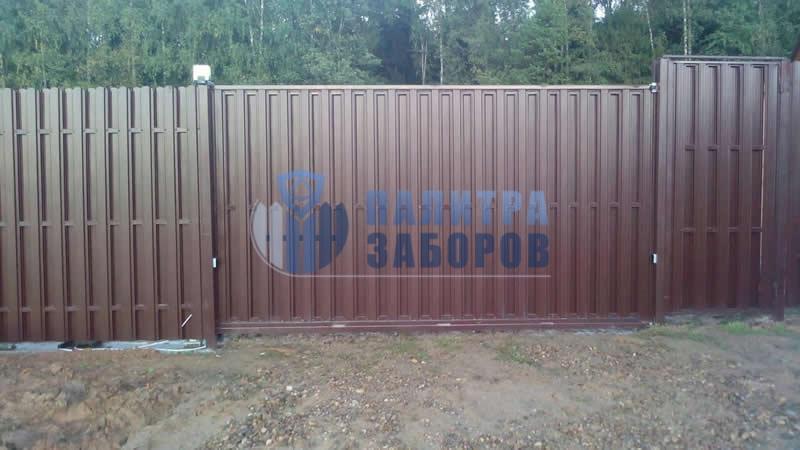 Забор из металлического штакетника с автоматическими откатными воротами и калиткой 12 соток