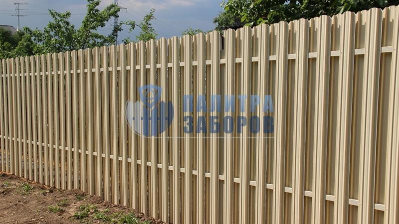 Забор из металлического штакетника шахматка 12 соток в Москве
