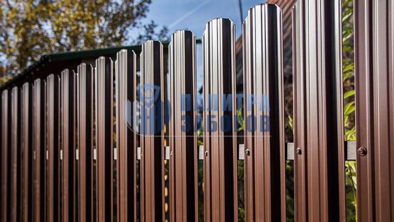 Забор из металлического штакетника с забивными столбами 150 метров