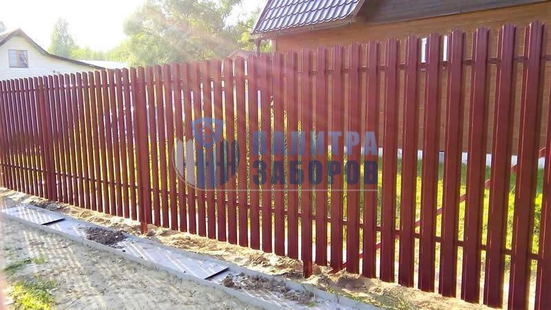 Забор из металлического штакетника с утрамбовкой щебнем 150 метров