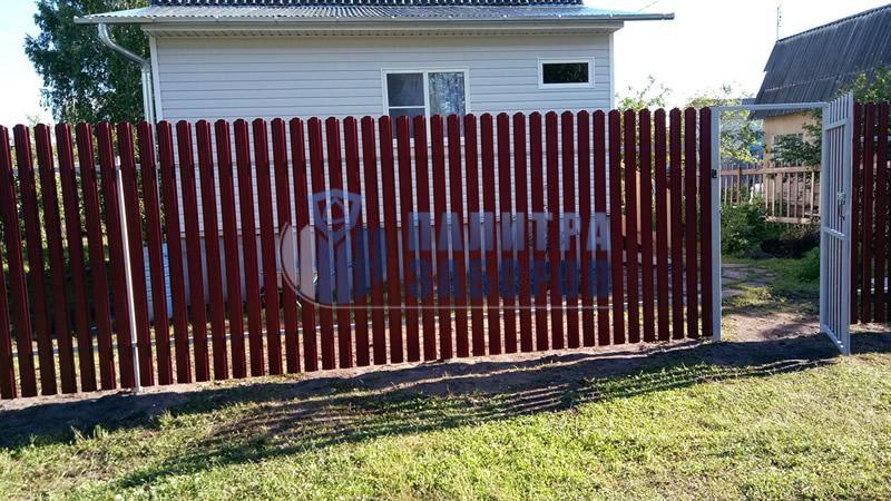 Забор из металлического штакетника с распашыми воротами и калиткой 150 метров
