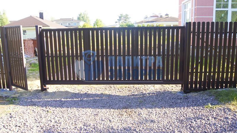 Забор из металлического штакетника с откатными воротами и калиткой 150 метров