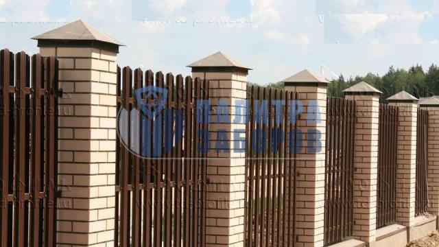 Забор из металлического штакетника на ленточном фундаменте с кирпичными столбами 200 метров