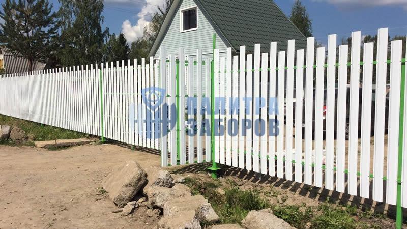 Забор из металлического штакетника с распашыми воротами и калиткой 200 метров