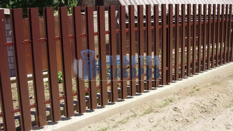 Забор из металлического штакетника  на ленточном фундаменте 200 метров