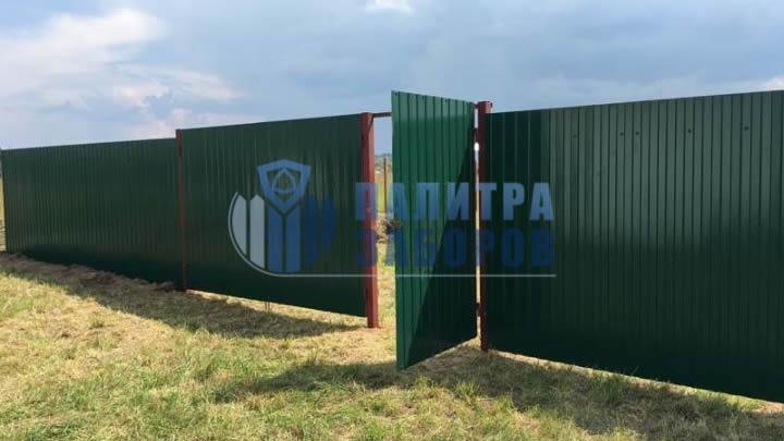 Забор из профнастила с распашными воротами и калиткой 30 метров в Москве