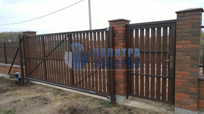 Забор из металлического штакетника с автоматическими откатными воротами и калиткой 30 метров