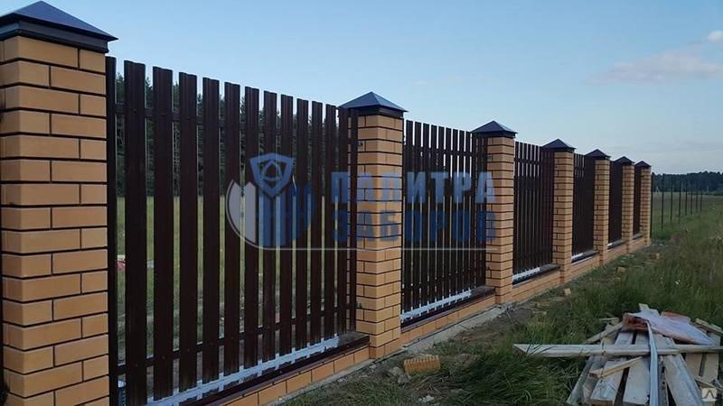 Забор из металлического штакетника на ленточном фундаменте с кирпичными столбами 30 метров
