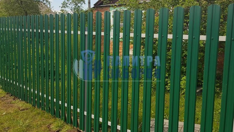 Забор из металлического штакетника с забивными столбами 30 метров