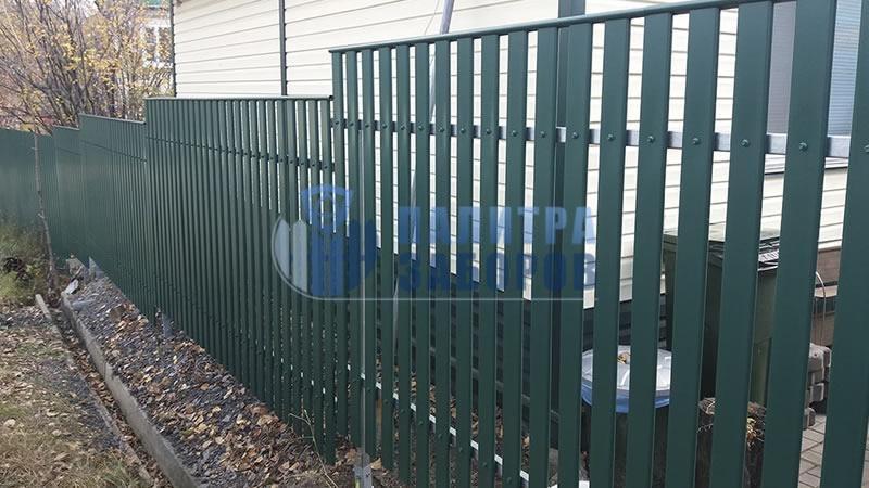 Забор из металлического штакетника с утрамбовкой щебнем 30 метров