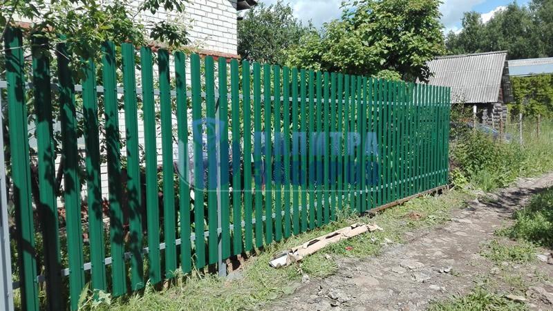 Забор из металлического штакетника с бетонированием столбов 30 метров в Москве
