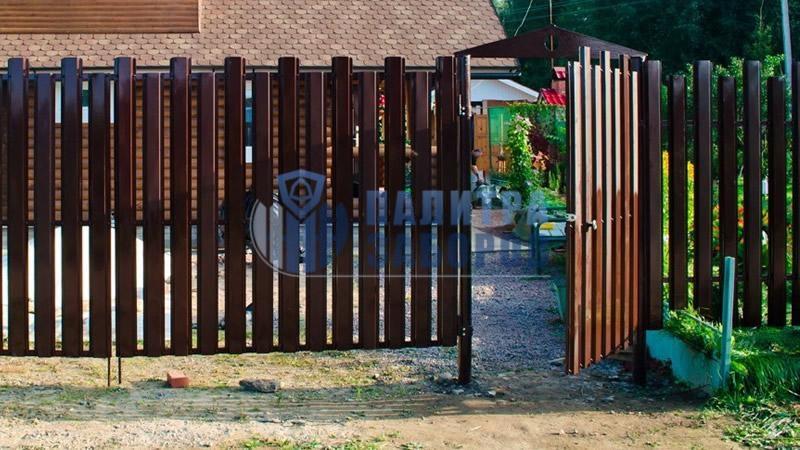 Забор из металлического штакетника с распашыми воротами и калиткой 30 метров