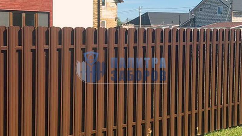Забор из металлического штакетника шахматка 50 метров