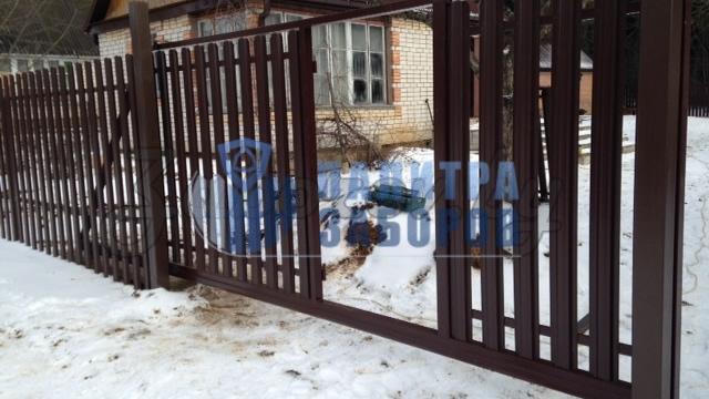 Забор из металлического штакетника с откатными воротами и калиткой 50 метров