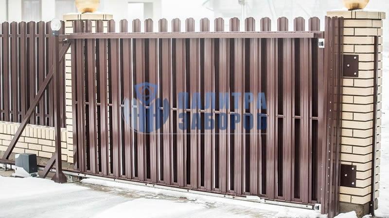 Забор из металлического штакетника с автоматическими откатными воротами и калиткой 50 метров