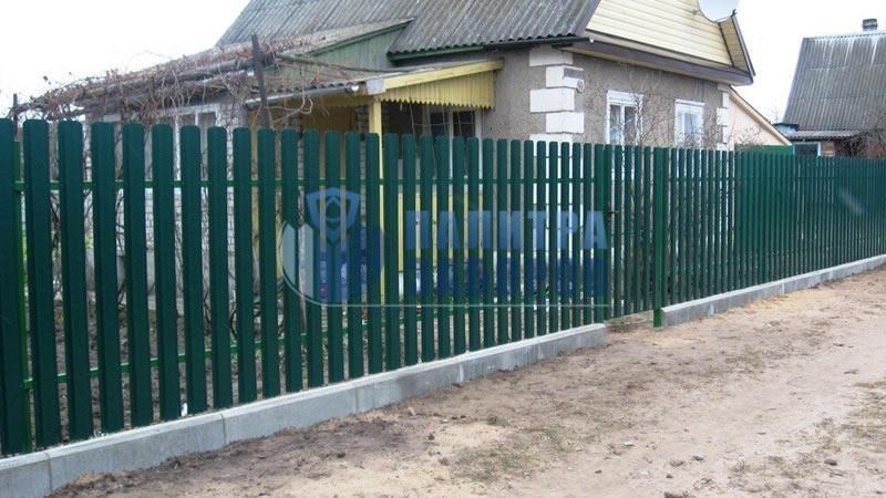 Забор из металлического штакетника  на ленточном фундаменте 50 метров