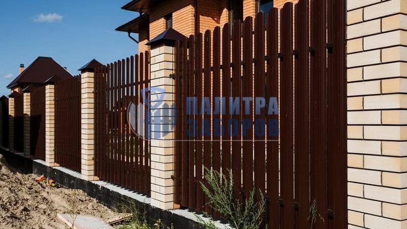 Забор из металлического штакетника на ленточном фундаменте с кирпичными столбами 50 метров