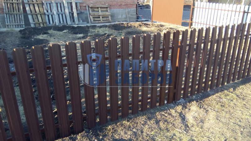 Забор из металлического штакетника с утрамбовкой щебнем 50 метров