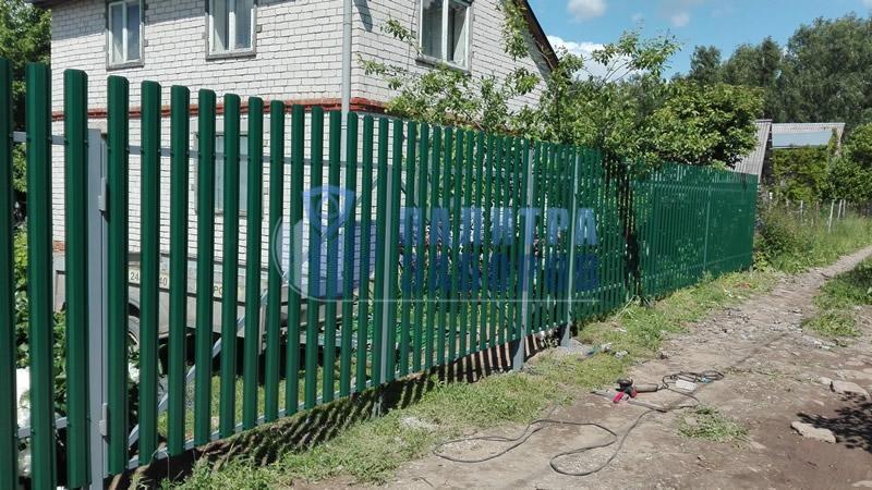 Забор из металлического штакетника с распашыми воротами и калиткой 50 метров