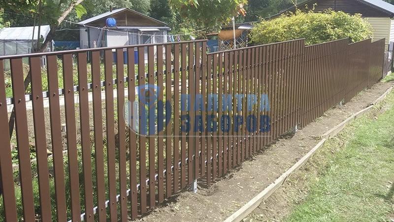 Забор из металлического штакетника с утрамбовкой щебнем 6 соток в Москве
