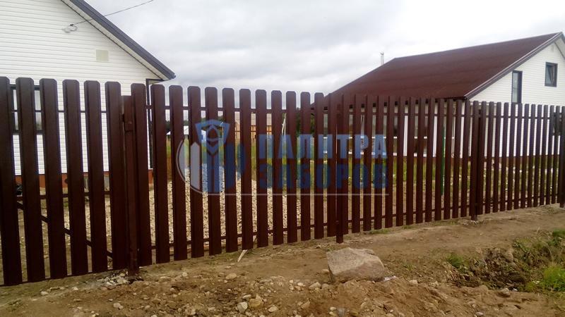 Забор из металлического штакетника с распашыми воротами и калиткой 6 соток