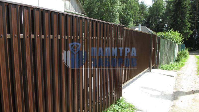 Забор из металлического штакетника с откатными воротами и калиткой 6 соток