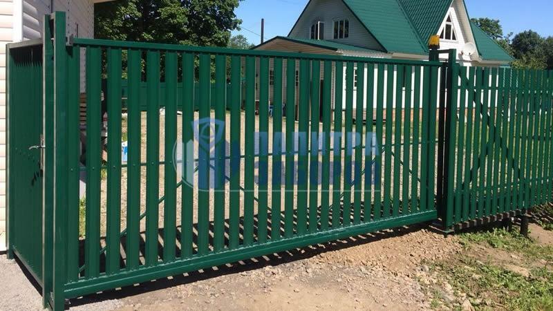 Забор из металлического штакетника с автоматическими откатными воротами и калиткой 6 соток в Москве