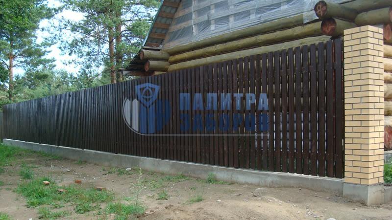 Забор из металлического штакетника  на ленточном фундаменте 6 соток