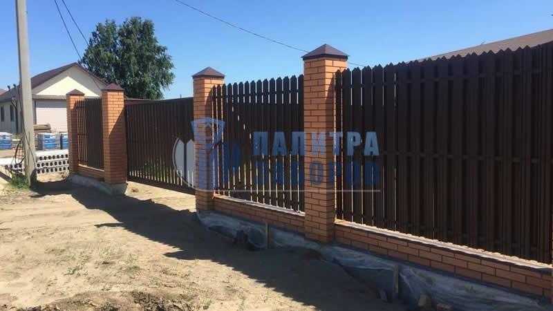 Забор из металлического штакетника на ленточном фундаменте с кирпичными столбами 6 соток  в Москве