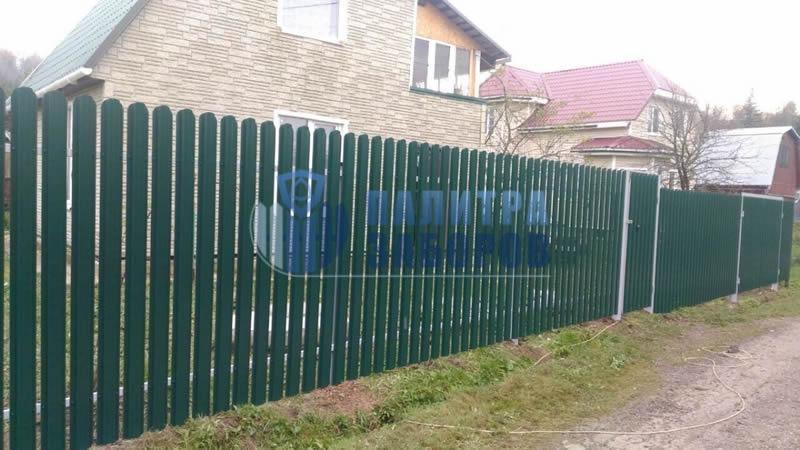 Забор из металлического штакетника с распашыми воротами и калиткой 80 метров в Москве