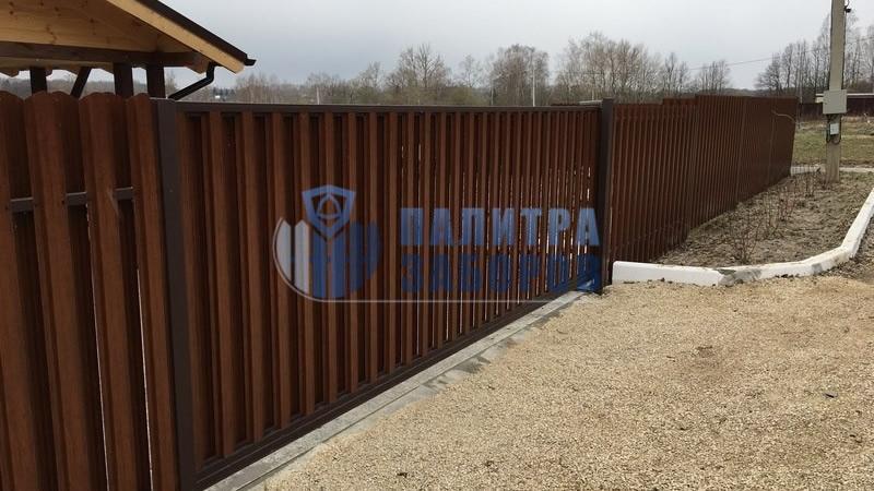 Забор из металлического штакетника с откатными воротами и калиткой 80 метров