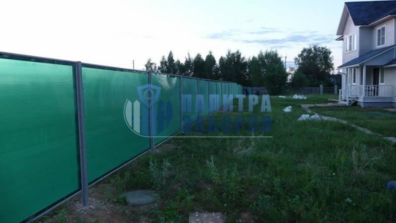 Забор из поликарбоната с бетонированием столбов 80 метров в Москве