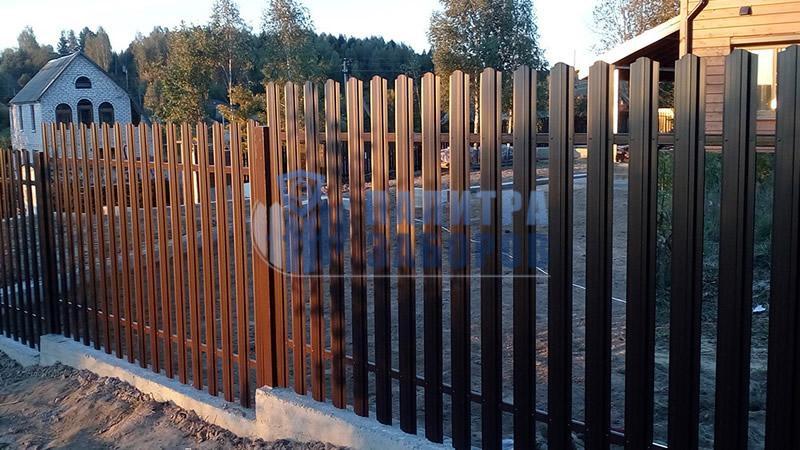 Забор из металлического штакетника  на ленточном фундаменте 80 метров