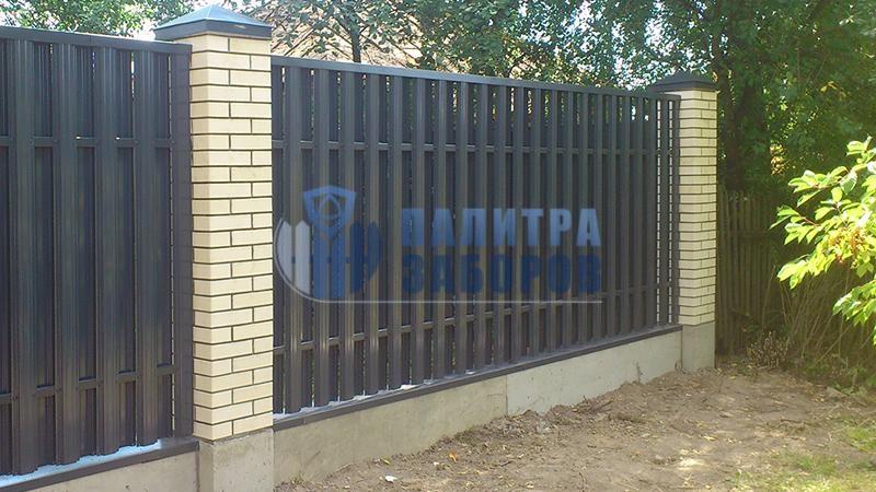 Забор из металлического штакетника на ленточном фундаменте с кирпичными столбами 80 метров
