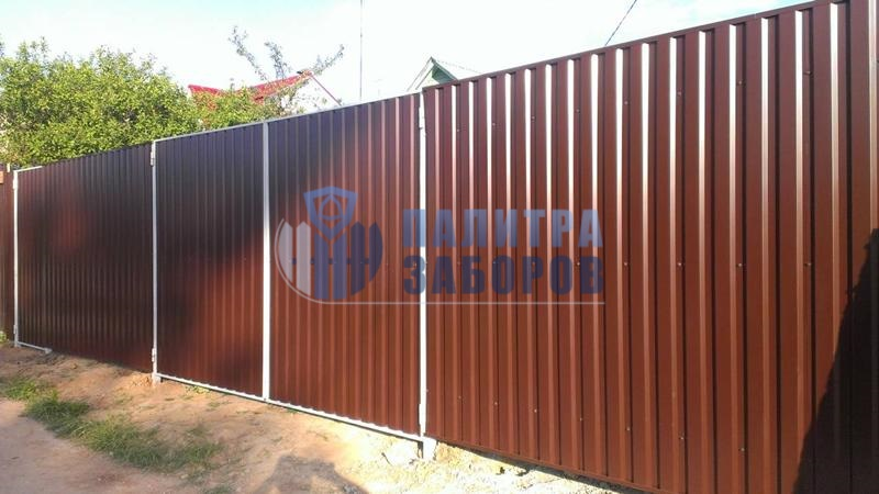 Забор из профнастила с распашными воротами и калиткой 8 соток