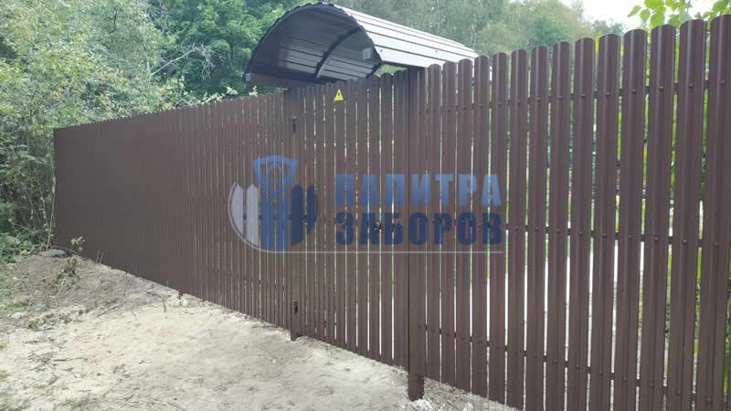 Забор из металлического штакетника с забивными столбами 8 соток  в Москве