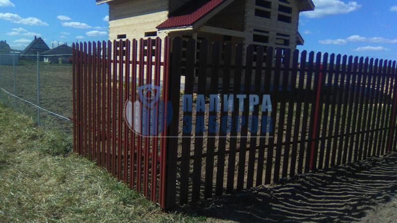 Забор из металлического штакетника с утрамбовкой щебнем 8 соток