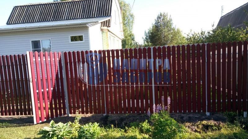 Забор из металлического штакетника с распашыми воротами и калиткой 8 соток